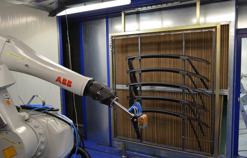 Kompaktowa lakiernia zrobotem ABB typ IRB 5510 służącym donakładania podkładu orazlakieru.
